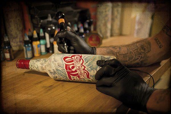 Татуированные бутылки с виски от Sebastien Mathieu  Психологи утверждают, что люди накалывают татуировки не с целью украсить свое тело, а чтобы самоутвердиться в глазах окружающих. Так это или нет – вопрос спорный. Но то, что татуированное тело выглядит эффектно – это факт. Себастьен Матье (Sebastien Mathieu) решил использовать красоту татуировки в необычных целях. Он украсил рисунками бутылки с виски, обтянув их предварительно кожей телесного цвета.    татуировка, бутылка, дизайн