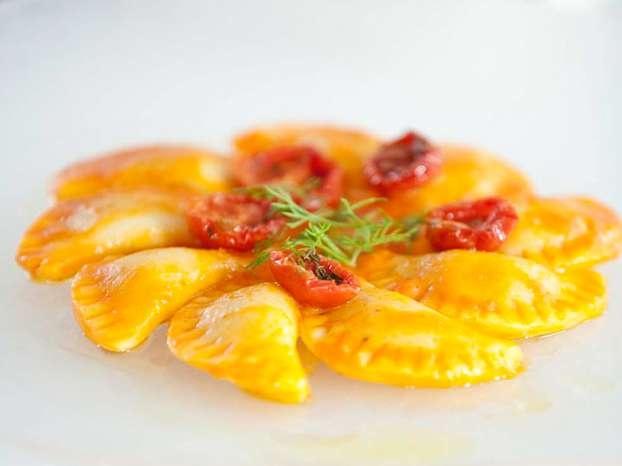 Gnocchi di patate ripieni di melanzane con salsa di pomodoro confit  Qui il video  http://www.alice.tv/gnocchi/video-ricetta-gnocchi-fonduta-parmigiano