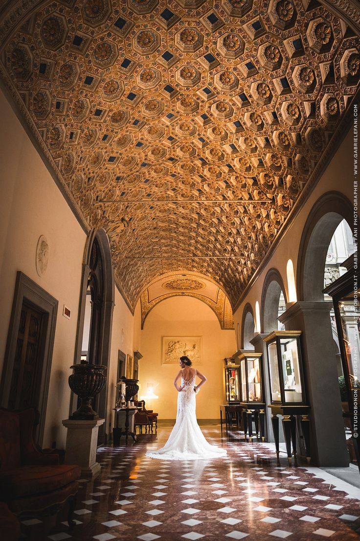 033-stunning-bride-portrait-in-the-lobby-lounge-of-the-hotel-four-seasons-firenze