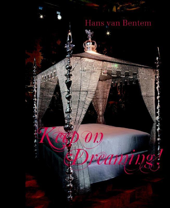 Keep on dreaming  In Keep on dreaming! toont Hans van Bentem aan dat dromen geen bedrog zijn. Met zijn manshoge sculpturen en kroonluchters in onder meer keramiek en glas weet hij al een kleine vijfentwintig jaar onze fantasie te prikkelen. Deze publicatie laat voor het eerst zijn rijke oeuvre zien met als absolute hoogtepunt het Stijlkamerproject Keep on dreaming! in het Gemeentemuseum Den Haag. Keep on dreaming. (9789491196195). Auteur: Titus M. Eliëns. Uitgever: De Kunst. Taal…