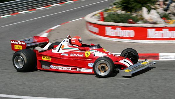 Al volante di un'auto da corsa, alla cloche di un aereo, nel ruolo di  imprenditore come in quello di manager di un team di F1, Niki Lauda ha  sempre dimostrato di saper anticipare i tempi, di avere il coraggio di fare  cose mai viste prima, lasciando così la sua impronta in tutte le attività  di cui è stato protagonista: la firma di un grande innovatore.