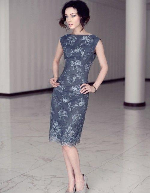 Sukienka koronkowa w kolorze czarnym, miękka bardzo elastyczna koronka na miękkiej elastycznej satynie włoskiej. Długość sukienki ok. 100cm, długość rękawów ok 61-62cm. Pranie chemiczne. Modelka ma 175 cm wzrostu i prezentuje rozmiar 36 Klasyczny fason, kolor oraz skromna elegancja - to cechuje Sukienkę Kalishka. Niebywale podkreślająca kobiece wdzięki propozycja dla wszystkich ceniących sobie wysokiej jakości tkaniny. Wygodny, ołówkowy krój nie krępuje ruchów.