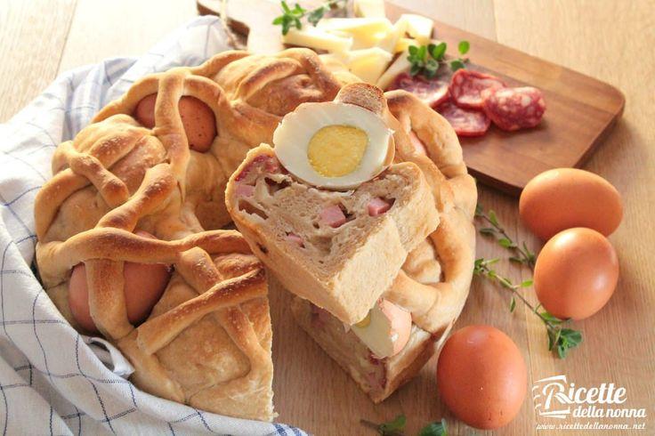 Il casatiello è una torta rustica napoletana preparata tradizionalmente nel periodo di Pasqua. Allimpasto simile a quello del pane vengono aggiunti formaggi e salumi. Il casatiello viene poi decorato con delle uova disposte a cerchio sulla torta in modo da raffigurare la corona di spine di Gesù