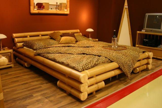 светлая бамбуковая кровать и темные обои