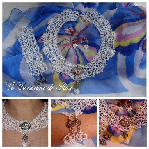 Parure modello Adua, composta da collier, bracciale e orecchini in pizzo chiacchierino, interamente realizzata a mano