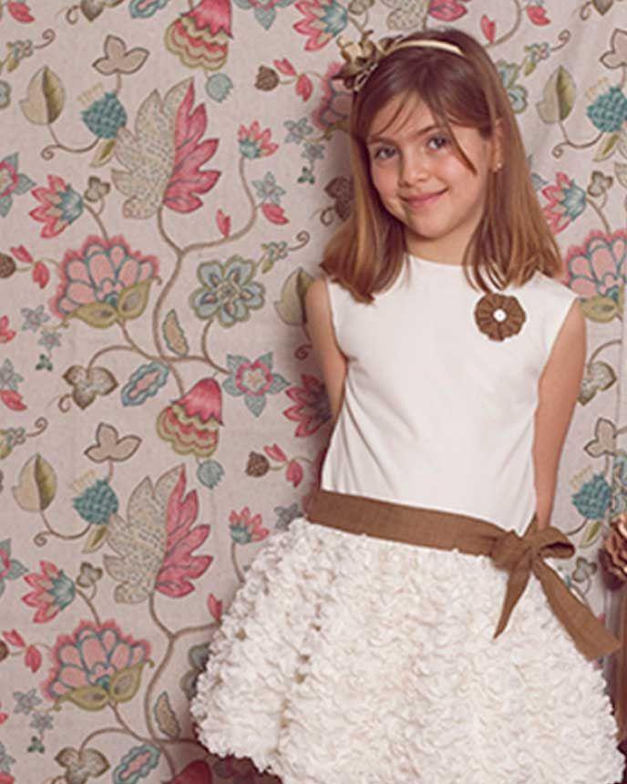 fe32b5c8c1 Vestido de ceremonia para niña modelo Ingrid. Cuerpo en tul marfil y falda  en tul bordado con pétalos. Capa de tarlatan…
