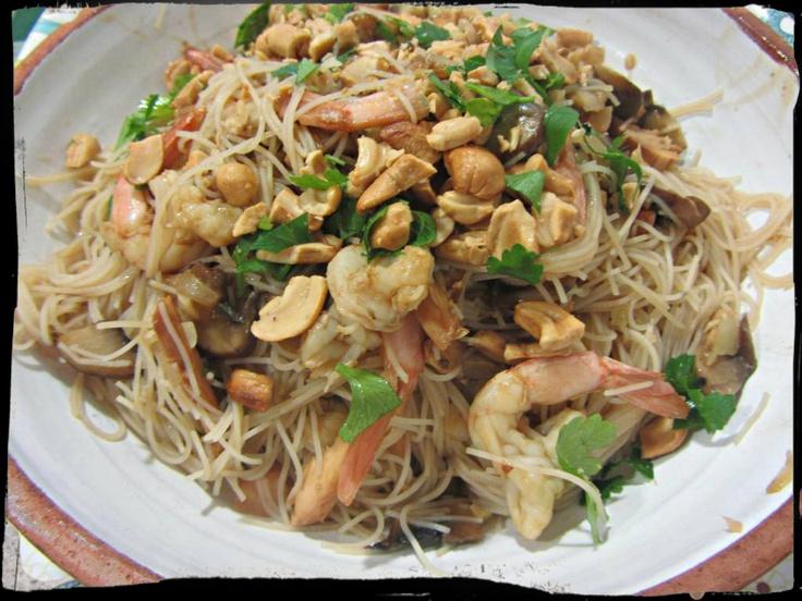 Pad Thai (Fideos tailandeses) con pollo y gambas