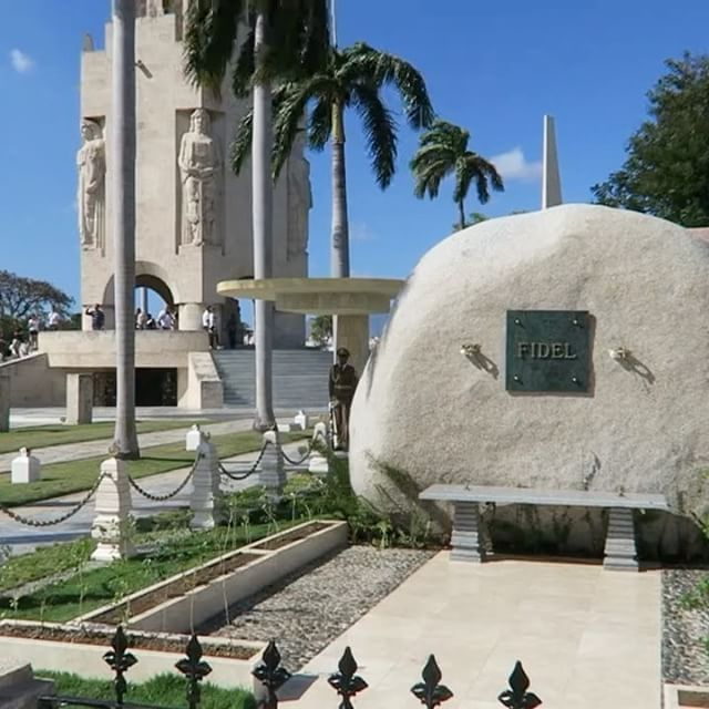 Ein kurzes Video am Grab von Fidel Castro in Santiago de Cuba. Im Hintergrund steht das Monument von Jose Marti . . . #kuba #cuba #cuban #cubano #instacuba #cubastreet #streetphotography #people #peoplephotography #love #urlaub #fernweh #ilovecuba #ilovekuba #travel #travelphotography #reisen  #urlaubsguru #urlaubspiraten #havanna #santiago #santiagodecuba #cementerio #friedhof #fidelcastro #castro #fidel #josemarti #jose #marti