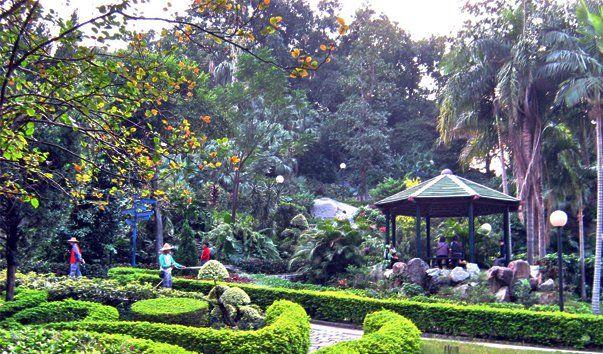 Музей Камоэнса, Макао  Музей Луиса де Камоэнса, знаменитого португальского поэта XVI века, находится в Макао, в Китае. Луис де Камоэнс прожил несколько лет в Макао в качестве чиновника колониальной администрации. Музей расположен в красивой вилле XVIII века, известной как Фундашао-Орьенте.  Вилла находится на территории прекрасного парка имени Луиса де Камоэнса. Особняк был построен в XVIII веке, потом сдавался в аренду Ост-Индской компании, в 1885 году был приобретен правительством Макао…