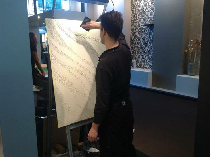 Paolo lavora su un pannello per far vedere al pubblico all'#Heimtextil come stendere e lavorare Segui Il tuo Istinto. #design #interiors  #design