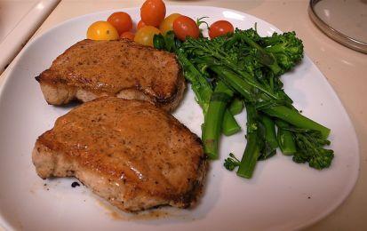Secondi di carne, ecco le braciole di maiale marinate - Porta una ricetta sfiziosa sulla tua tavola con le braciole di maiale marinate in agrodolce.