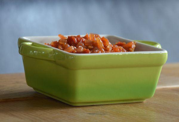Deze tomatenrelish is heerlijk bij de hamburger of op een stukje vlees of vis.