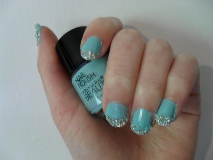 mintgrönt nagellack med glittrig fransk manikyr