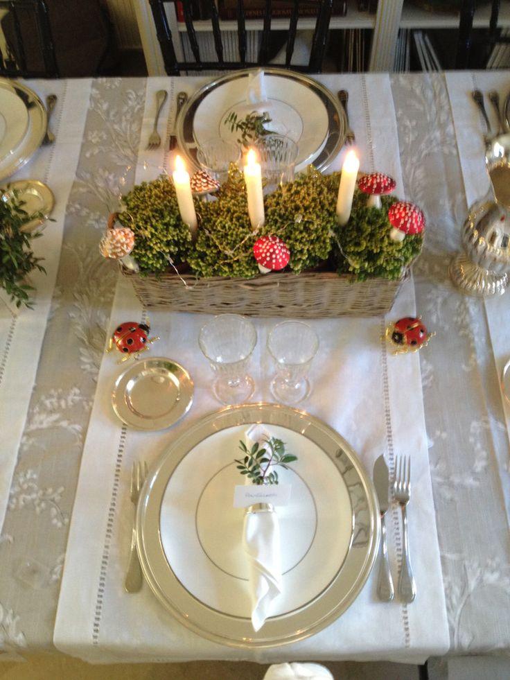 Mantel y caminos de mesa de Zara Home, platos de Jasper Conran para Wedgewood, copas modelo Belem de El Almacén de la Loza, en Nuñez de Balb...