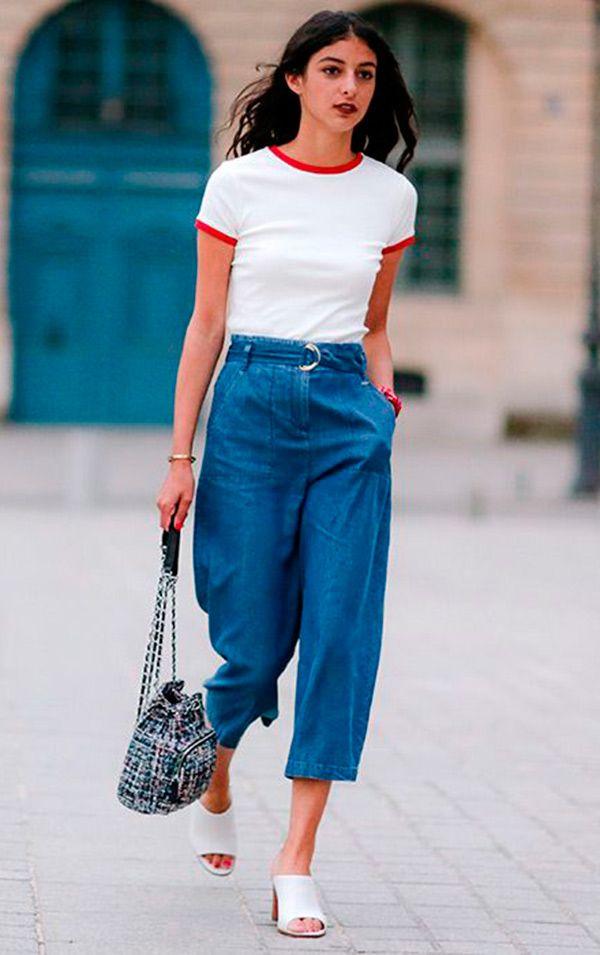 Street style look com camiseta college e calça jeans.