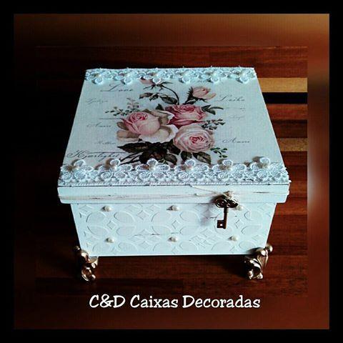 Caixa multiuso rosas #caixasdecoradas #artesanato #rosas #textura #relevo #renda #pérola #chave #umcharme #decoração #organização