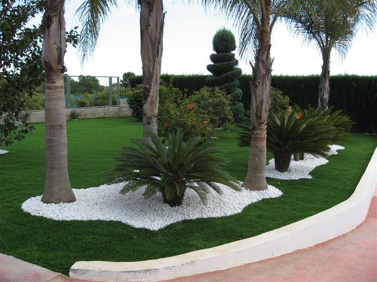 Césped artificial para jardines particulares, combina perfectamente con otros elementos de jardinería, como palmeras o centros florales