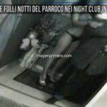 MIRA LO QUE HACEN CON TU DIEZMO: Un sacerdote fue sorprendido en un club nocturno con prostitutas