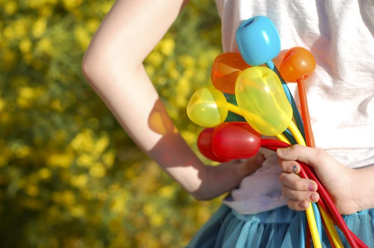 How to Make a Simple Balloon Tulip Flower | TikkiDo.com Balloon flowers at parties. Great idea!