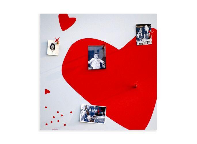 Heart è una lavagna magnetica, portafoto, dal design accattivante. Le cinque freccette magnetiche fornite nella confezione permettono di bloccare sulla sua superficie foto, memo e tutto ciò che più ci sta a cuore. E' il regalo ideale per gli ultimi dei romantici: le foto più belle, gli appuntamenti da non mancare e la giusta dose di cuori.