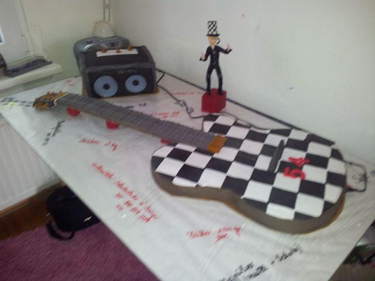 ...Einladung zum Geburtstag vom einem Gitaristen erhalten.  Also eine E-Gitarre in Originalgröße mit Verstärker. Und als Erinnerung an diesen Tag habe ich das Geburtstagskind aus Fimo gemacht!