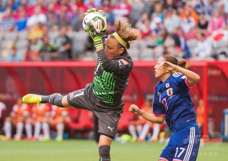 女子サッカーW杯カナダ大会・グループC、日本対スイス。大儀見優季(右)の前でシュートをセーブするスイスのGKガエル・タルマン(2015年6月8日撮影)。(c)AFP/Getty Images/Rich Lam ▼9Jun2015AFP|宮間のPKで日本がスイスに勝利、女子サッカーW杯 http://www.afpbb.com/articles/-/3051099 #2015_FIFA_Womens_World_Cup #Gaëlle_Thalmann #Gaelle_Thalmann #Yuki_Ogimi #大儀見優季