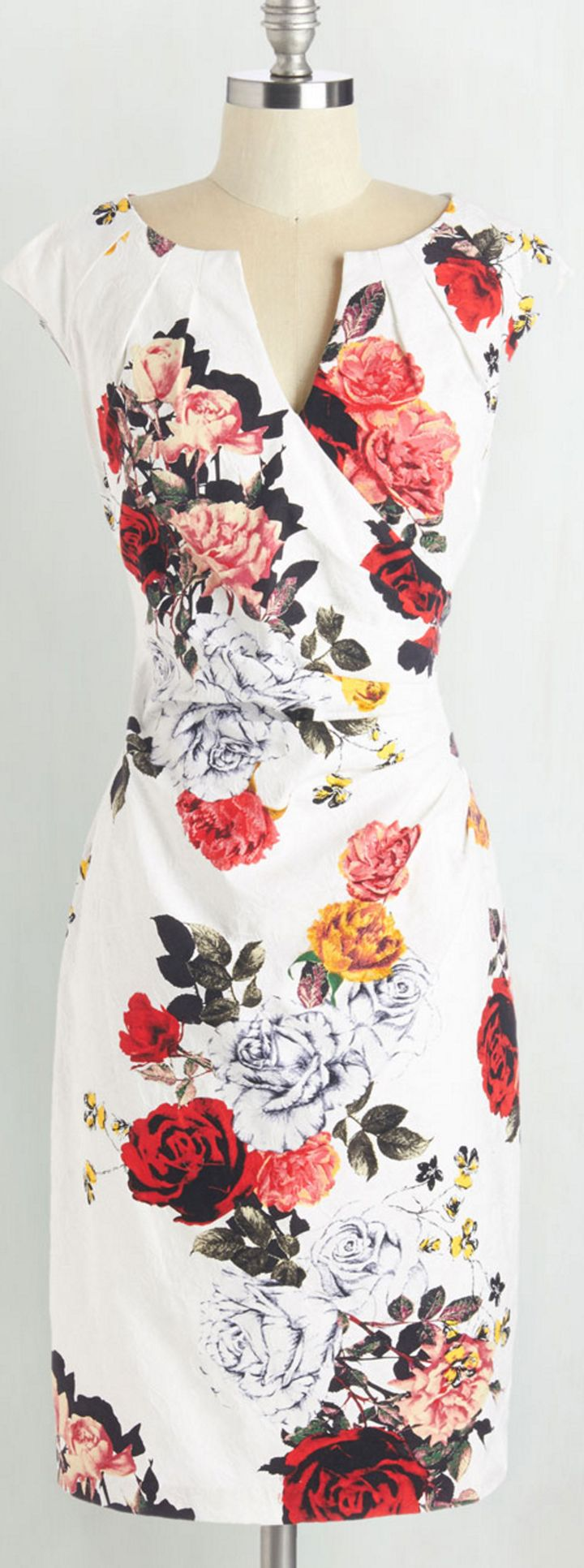 Such a beautiful floral dress for spring!