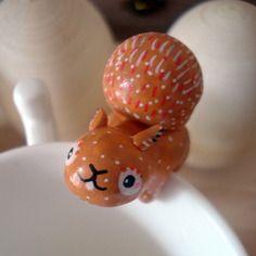 """Attache-thé """"mon ecureuil"""" omamawolf figurine en porcelaine froide"""