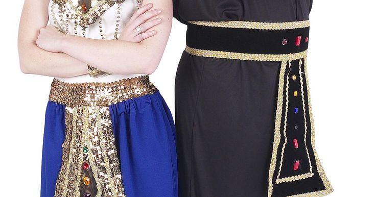 Enfeite de cabeça egípcio caseiro. A história descreve como o antigo Egito, sempre em moda, prestava atenção aos detalhes em todos os aspectos de sua aparência, desde suas jóias ousadas até suas vestimentas de linho macio. A imagem duradoura de seus adornos da cabeça é o padrão de moda egípcio mais fácil de identificar. Homens e mulheres usavam belos enfeites que você pode recriar ...