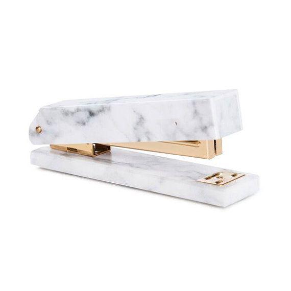 Acryl weiß Marmor Hefter mit gold-Details. Eine Rachel George original! 7,8 x 4,9 x 3,5 Zoll