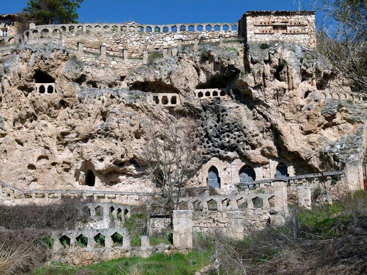 Cívica: una aldea excavada en la roca (Guadalajara)