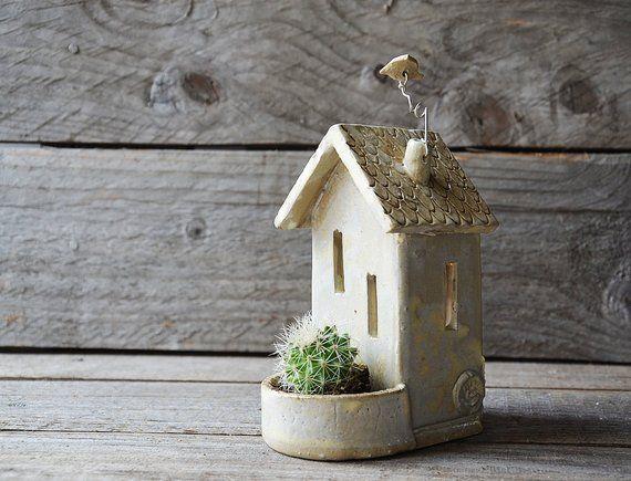 Dieses zarte Häuschen wäre ein schönes Geschenk. Der Teelichthalter …   – Keramik