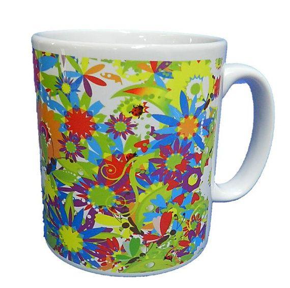 Een rel van mooi en helder bloemen op een keramische mok. Sterke en gedurfde kleuren om te vrolijken elke saaie ochtend. Een goede kwaliteit keramische mok die zowel vaatwasser en magnetron bewijs. Hoogte is 9cm, diameter 7,5 cm, met een capaciteit van 270 ml (9 oz). Uit de serie 9 Nature serie door de helft een ezel Ltd.