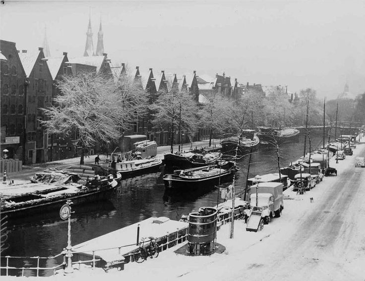 Sneeuw op de Brouwersgracht, hoek Willemsstraat, 28 november 1952