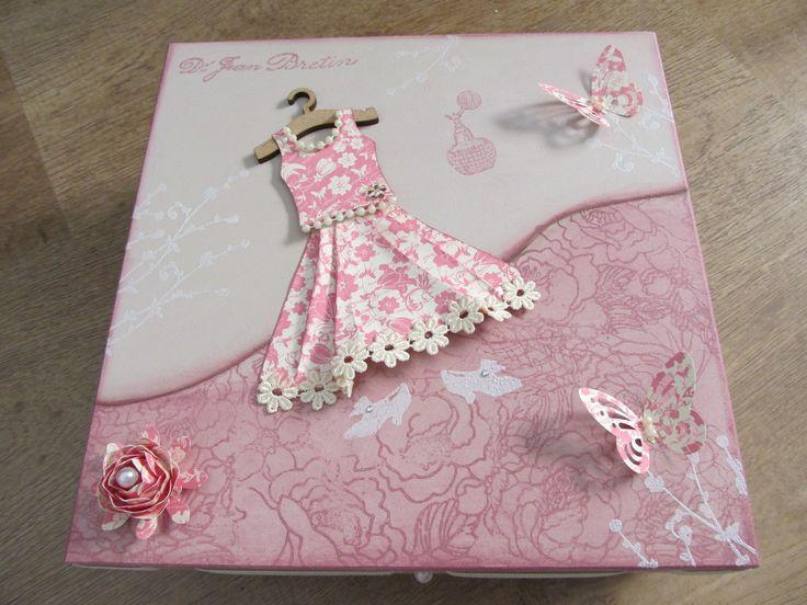 Caixa em mdf, decorada com carimbos, embossing em branco perolado, cabidinho em mdf e vestido de papel com pérolas e renda. <br>Aplique de flor e borboletas em papel de scrapbook. <br> <br>Possui fita de gorgurão e pérolas ao redor da tampa. <br> <br>Pode ser produzida em outras cores.