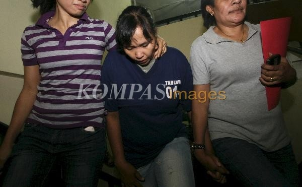 Renny Tupessy 'Kill Bill' Ditangkap  Renny Tupessy atau yang sebelumnya disebut dengan julukan Kill Bill dalam penyerangan di RSPAD, diamankan di Polres Metro Jakarta Pusat, Jakarta (4/3/2012). Renny ditangkap di Indramayu dan tampak penampilannya telah berubah yaitu berambut hitam, tak seperti diberitakan sebelumnya yaitu berambut pirang. Polres Metro Jakarta Pusat mengatakan tersangka penyerangan di RSPAD hingga saat ini telah ditangkap 10 orang dan masih diburu 3 orang lagi.