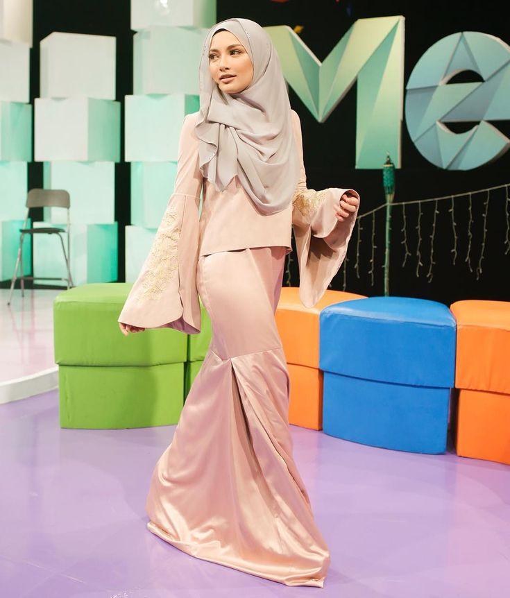 "32.2k Likes, 214 Comments - Noor Neelofa Mohd Noor (@neelofa) on Instagram: ""Since Ramadhan, I lost a lot of weight. So boleh lah strike a pose macamni! 🙈 . Che Mek set Baju…"""