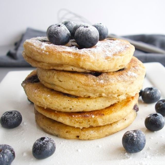 Recipe for fluffy spelt pancakes with blueberry and coconut milk, by Eva in the Kitchen