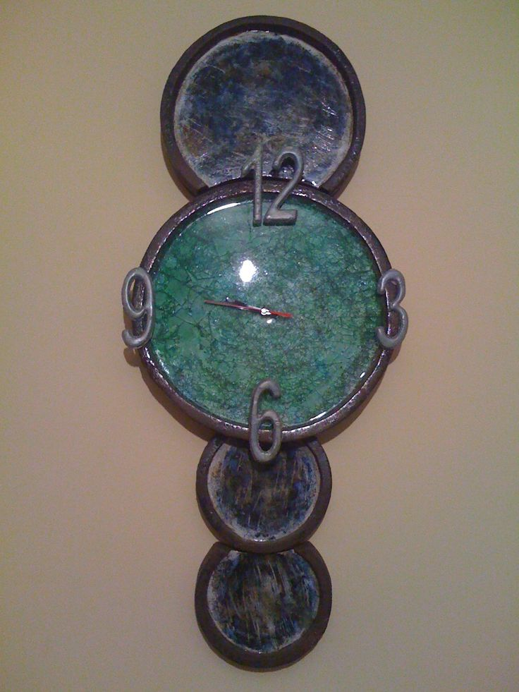 """""""Reloj"""" pieza realizada en barro refractario, decoración con óxidos de cobalto, manganeso y níquel, pieza central con vidrio fundido"""