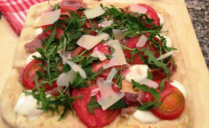 Pizza bianca con rucola e grana