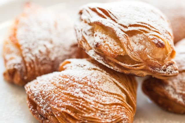 Le sfogliatelle ricce sono tra i dolci napoletani più amati e conosciuti