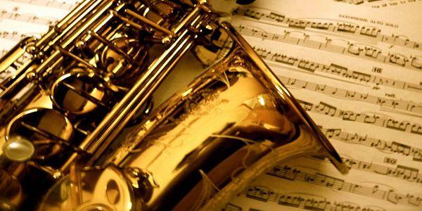 silvia suonava il sassofono: un sinuoso sax tenore, con le curve al punto giusto...