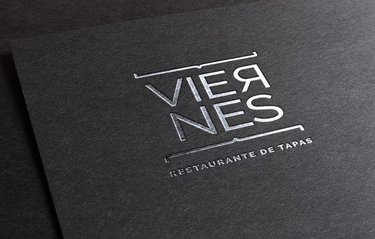 Cores sóbrias e texturas rústicas caracterizam o projeto de branding criado para o restaurante Viernes. Localizado no Hotel Laghetto Stilo Centro em Gramado/RS, o Viernes é especializado em tapas, pequenas porções para degustar e compartilhar, originárias da Espanha. A identidade de marca foi inspirada na simplicidade sofisticada de restaurantes cosmopolitas ao redor do mundo, capturando as últimas tendências da gastronomia internacional. #musendesign  #viernesrestaurante #tapas #branding