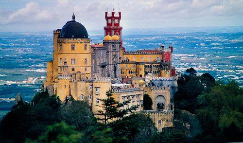 """Un palacio de cuento de…  Lord Byron había visto ya gran parte del continente cuando escribió a su madre desde Sintra y la llamó """"quizá la más encantadora aldea de Europa"""". Hoy, el mismo clima fresco y agradable y el escenario donde se encuentra el jardín que la convirtió en la residencia de verano favorita de los reyes portugueses durante más de 500 años proporciona a los habitantes de la ciudad y a los turistas un idílico descanso de la calurosa y bulliciosa Lisboa."""