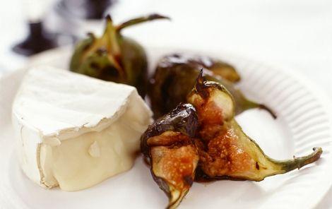 Camembert med grillet frugt Balsamico og tørret frugt er en rigtig god kombination - og smager dejligt til skimmelost.