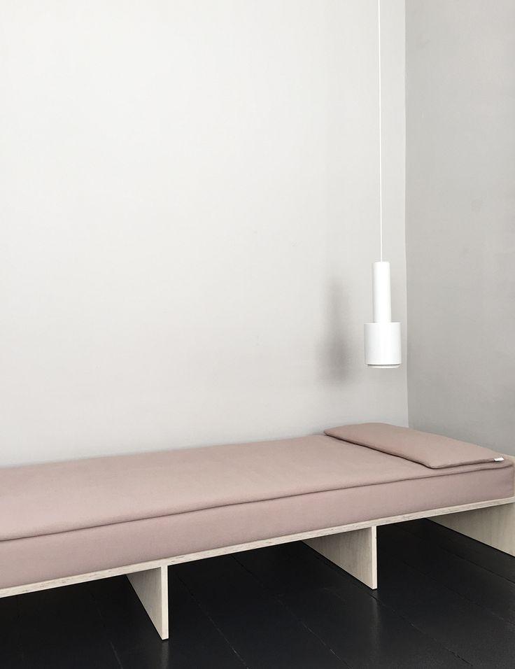 Schlafzimmer: Wände in hellem Grau, schwarzer Fußboden, Rosé- und Holztöne www.meinewand.de