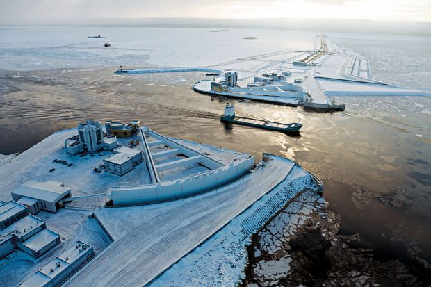 Se protéger des inondations Deux portes en acier incurvées, chacune longue de plus de 106 m, peuvent se refermer pour protéger Saint-Pétersbourg (Russie) contre les tempêtes de la mer Baltique, qui ont régulièrement inondé la ville lors des trois derniers siècles. Achevées en 2011, les portes font partie d'une barrière anti-inondation de plus de 26 km.