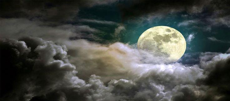 Το όνομά της ετυμολογείται από το σέλας (φως). Στην αρχαία ελληνική μυθολογία και ελληνική εθνική θρησκεία η Σελήνη, ή Μήν (από τη σεληνιακή...