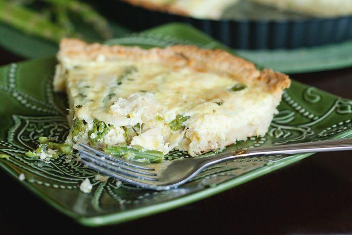 La crostata di asparagi si prepara impastando gli ingredienti per la base della crostata che verrà cotta in forno prima di essere ricoperta