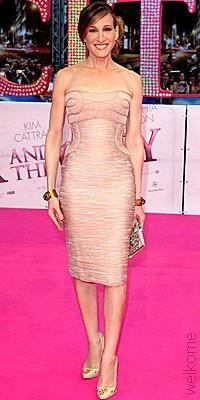 Сара в розовом платье